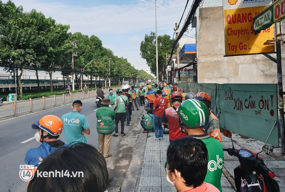 Choáng với cảnh hàng trăm shipper Sài Gòn rồng rắn xếp hàng từ sáng đầu tuần để chờ xét nghiệm, nhân viên y tế phải xuống đường điều phối - Ảnh 4.