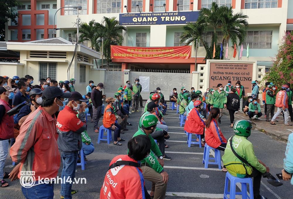 Choáng với cảnh hàng trăm shipper Sài Gòn rồng rắn xếp hàng từ sáng đầu tuần để chờ xét nghiệm, nhân viên y tế phải xuống đường điều phối - Ảnh 2.
