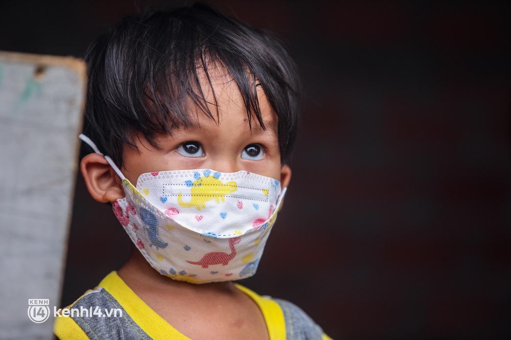 Chồng mất khi đang mang thai, vợ ôm 3 đứa con khát sữa trong túp lều dột nát ở Sài Gòn: Tụi nhỏ cứ hỏi cha con đi đâu rồi - Ảnh 12.
