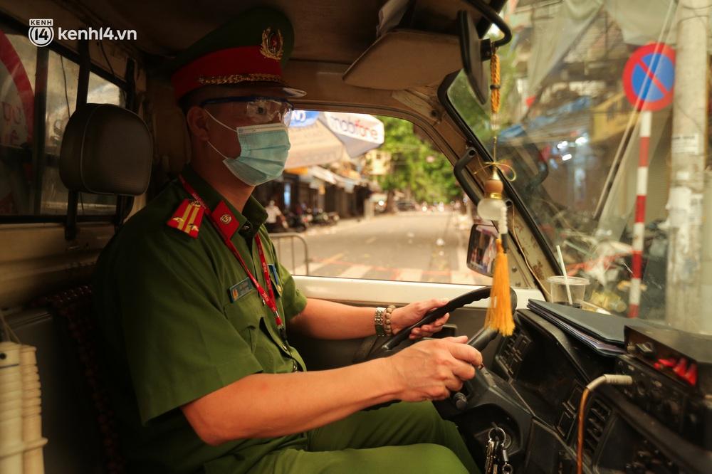 Ảnh: Lực lượng chức năng lập 2 chốt, phố Hàng Mã vắng như chùa bà Đanh trước đêm Trung thu - Ảnh 9.