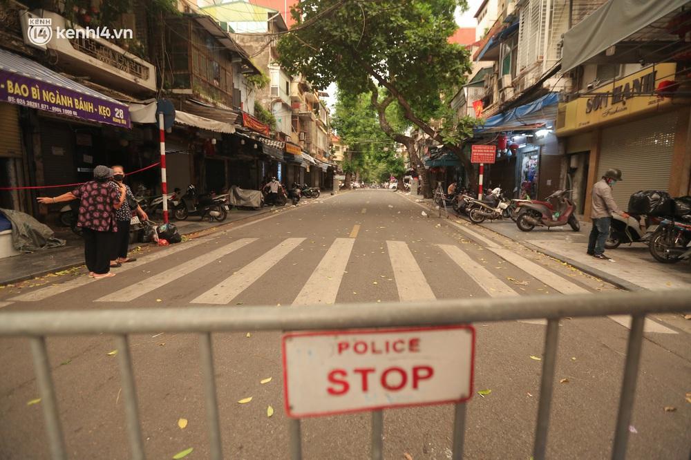 Ảnh: Lực lượng chức năng lập 2 chốt, phố Hàng Mã vắng như chùa bà Đanh trước đêm Trung thu - Ảnh 1.