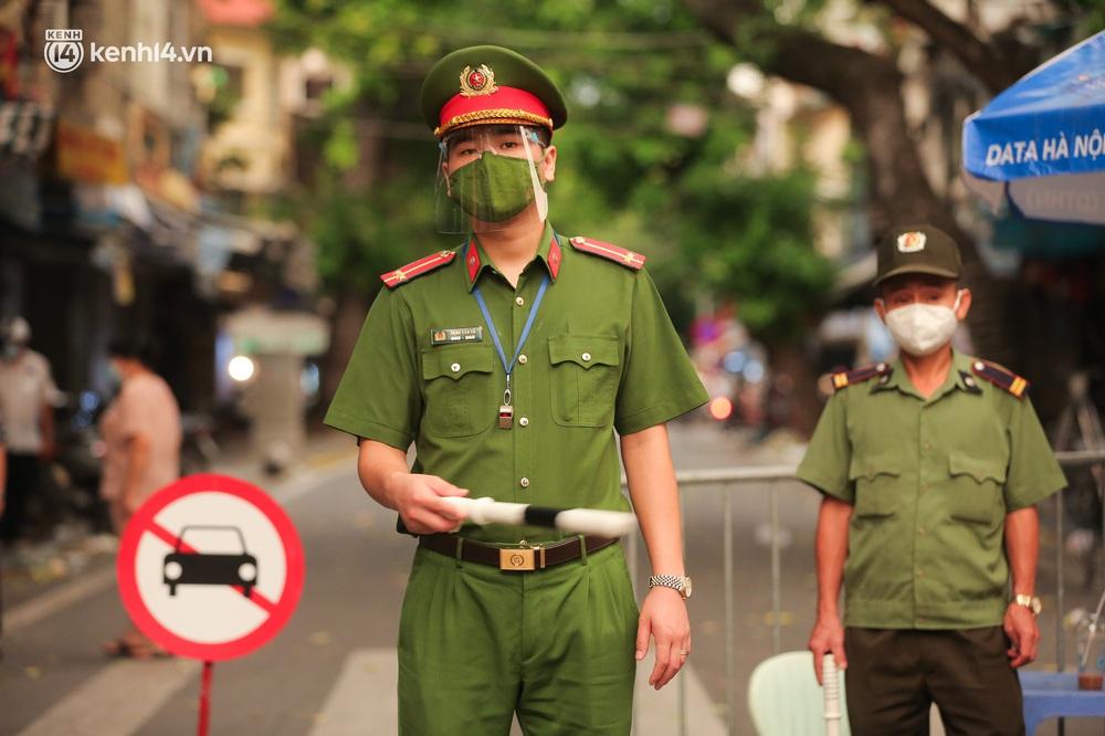 Ảnh: Lực lượng chức năng lập 2 chốt, phố Hàng Mã vắng như chùa bà Đanh trước đêm Trung thu - Ảnh 3.