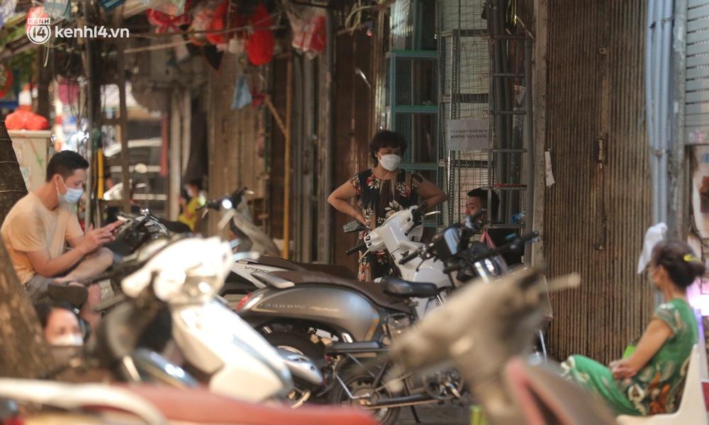Ảnh: Lực lượng chức năng lập 2 chốt, phố Hàng Mã vắng như chùa bà Đanh trước đêm Trung thu - Ảnh 6.