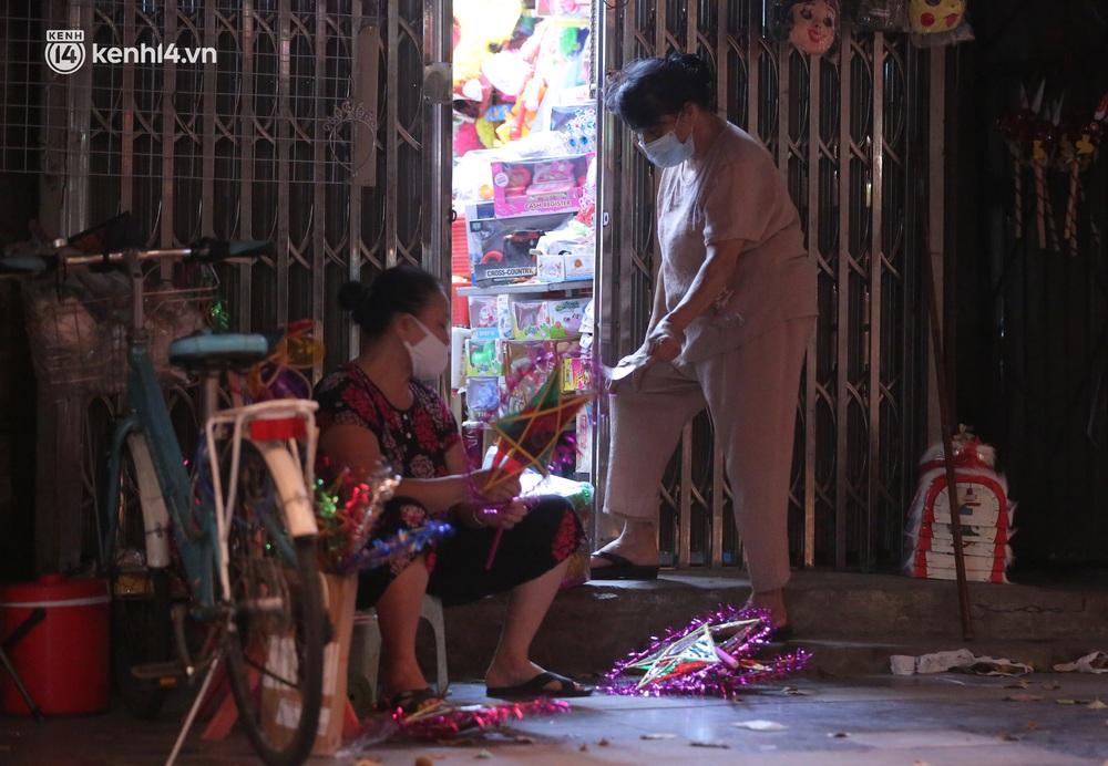 Ảnh: Lực lượng chức năng lập 2 chốt, phố Hàng Mã vắng như chùa bà Đanh trước đêm Trung thu - Ảnh 5.