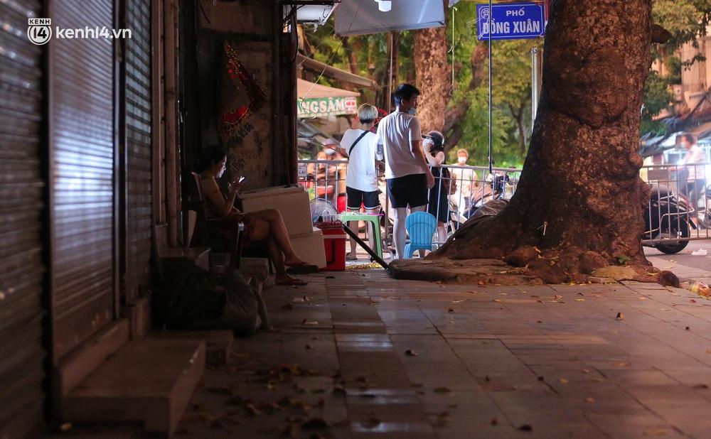 Ảnh: Lực lượng chức năng lập 2 chốt, phố Hàng Mã vắng như chùa bà Đanh trước đêm Trung thu - Ảnh 10.