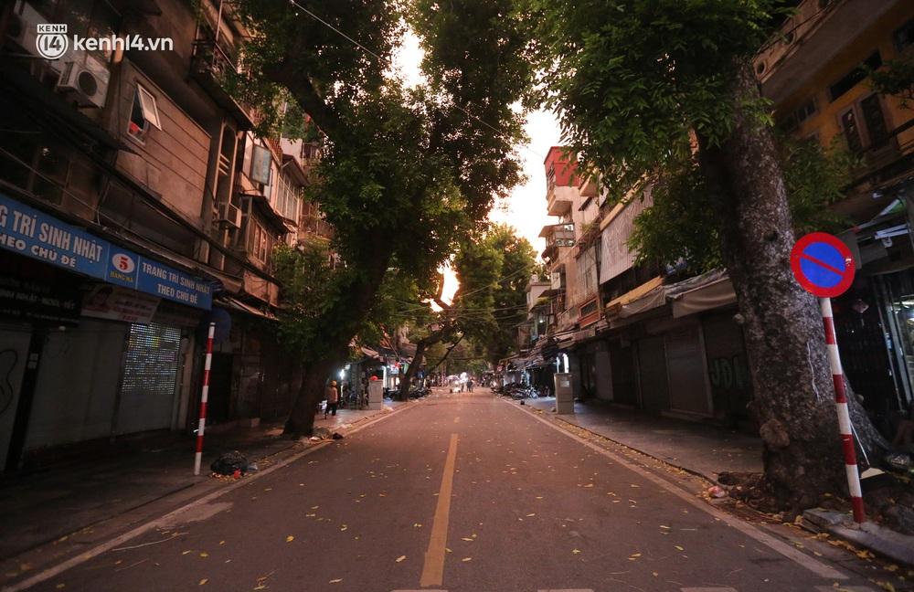 Ảnh: Lực lượng chức năng lập 2 chốt, phố Hàng Mã vắng như chùa bà Đanh trước đêm Trung thu - Ảnh 4.