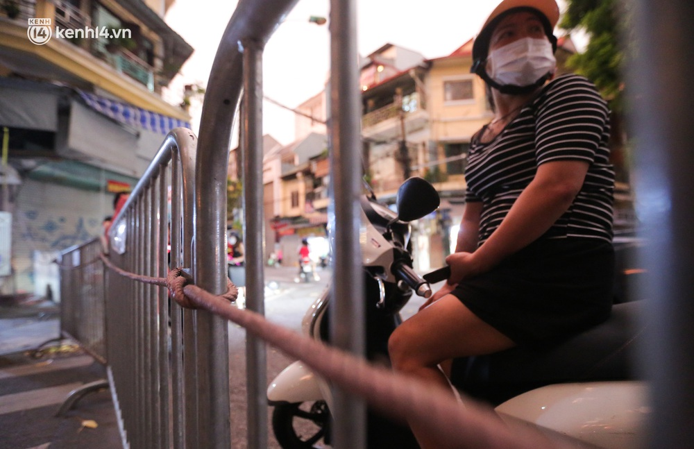 Ảnh: Lực lượng chức năng lập 2 chốt, phố Hàng Mã vắng như chùa bà Đanh trước đêm Trung thu - Ảnh 8.