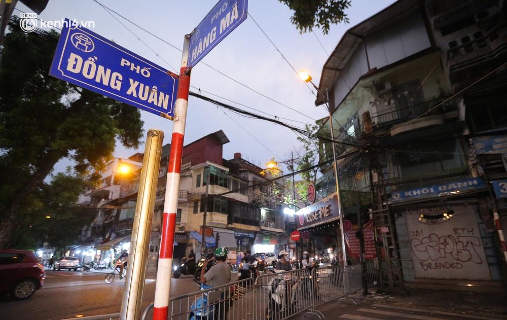 Ảnh: Lực lượng chức năng lập 2 chốt, phố Hàng Mã vắng như chùa bà Đanh trước đêm Trung thu - Ảnh 2.