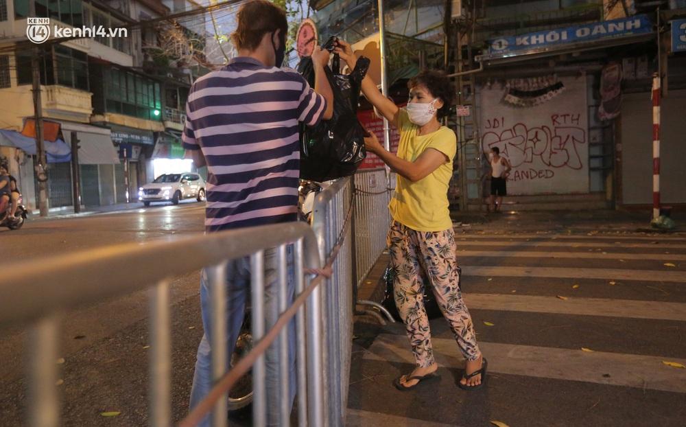 Ảnh: Lực lượng chức năng lập 2 chốt, phố Hàng Mã vắng như chùa bà Đanh trước đêm Trung thu - Ảnh 7.