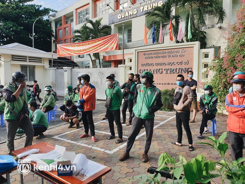 Choáng với cảnh hàng trăm shipper Sài Gòn rồng rắn xếp hàng từ sáng đầu tuần để chờ xét nghiệm, nhân viên y tế phải xuống đường điều phối - Ảnh 5.