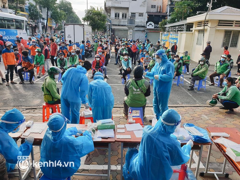Choáng với cảnh hàng trăm shipper Sài Gòn rồng rắn xếp hàng từ sáng đầu tuần để chờ xét nghiệm, nhân viên y tế phải xuống đường điều phối - Ảnh 19.