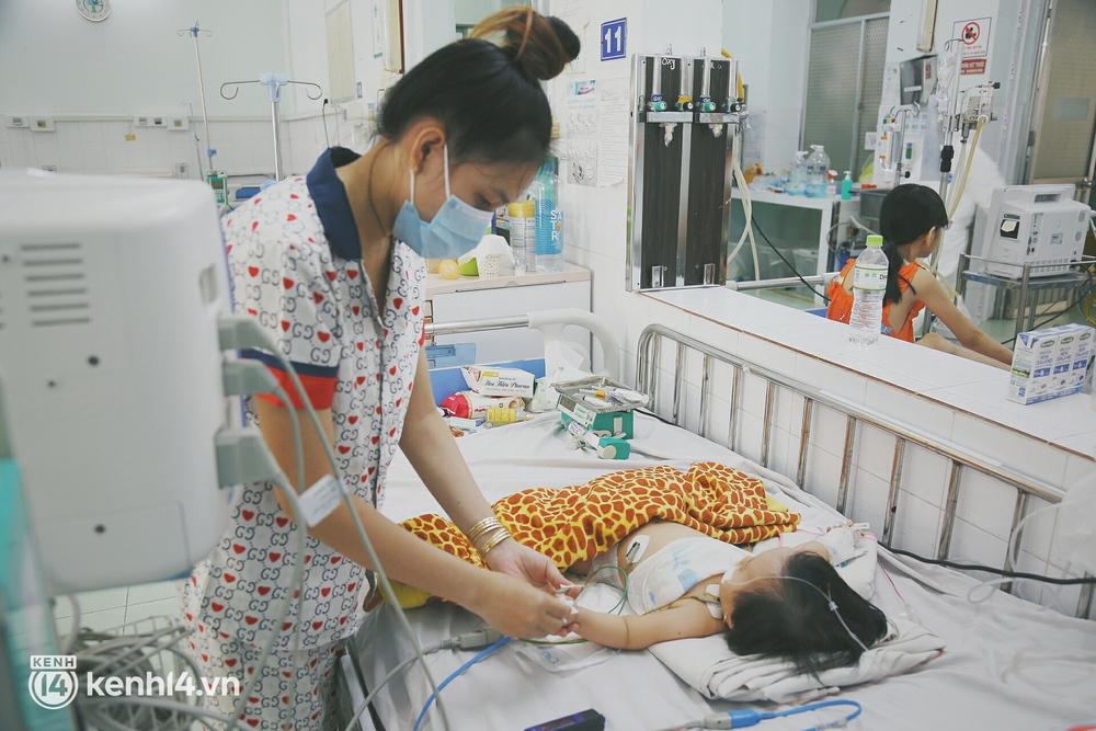 Bố mẹ chấp nhận nhiễm Covid-19 để theo con vào bệnh viện giành sự sống: Em không sợ gì cả, chỉ mong bé bình an thôi - Ảnh 3.