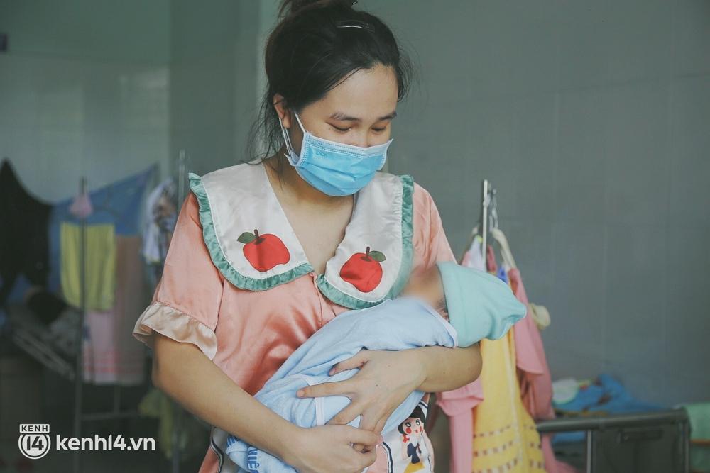 Bố mẹ chấp nhận nhiễm Covid-19 để theo con vào bệnh viện giành sự sống: Em không sợ gì cả, chỉ mong bé bình an thôi - Ảnh 7.
