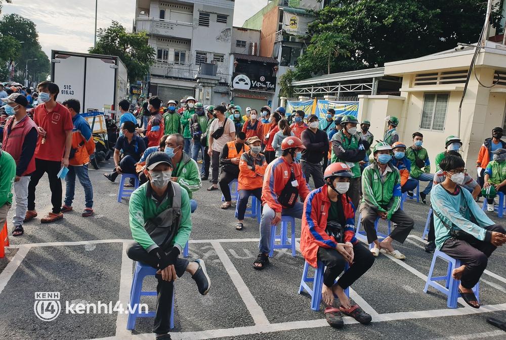 Choáng với cảnh hàng trăm shipper Sài Gòn rồng rắn xếp hàng từ sáng đầu tuần để chờ xét nghiệm, nhân viên y tế phải xuống đường điều phối - Ảnh 17.