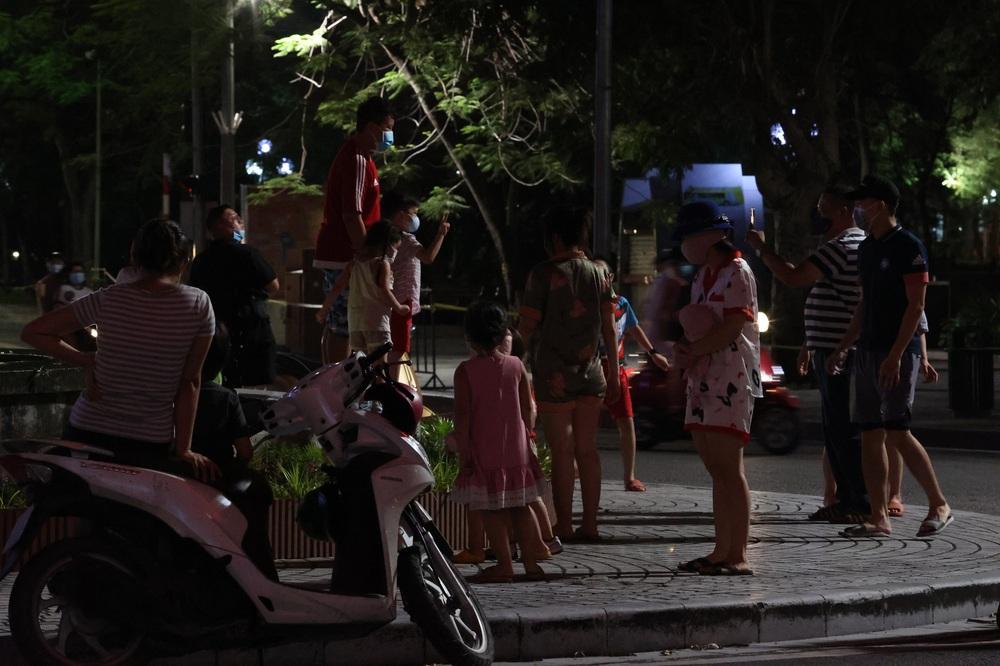 Ảnh: Đêm trước khi chuyển về Chỉ thị 15, người lớn trẻ nhỏ Hà Nội đã đổ lên phố cổ chơi Trung thu sớm - Ảnh 9.