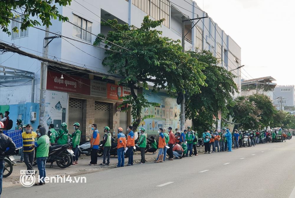 Choáng với cảnh hàng trăm shipper Sài Gòn rồng rắn xếp hàng từ sáng đầu tuần để chờ xét nghiệm, nhân viên y tế phải xuống đường điều phối - Ảnh 13.