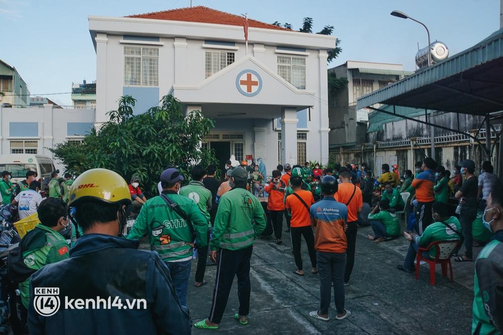 Choáng với cảnh hàng trăm shipper Sài Gòn rồng rắn xếp hàng từ sáng đầu tuần để chờ xét nghiệm, nhân viên y tế phải xuống đường điều phối - Ảnh 18.