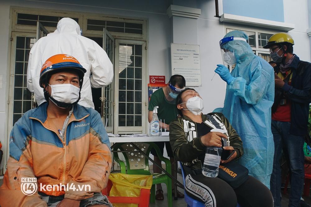 Choáng với cảnh hàng trăm shipper Sài Gòn rồng rắn xếp hàng từ sáng đầu tuần để chờ xét nghiệm, nhân viên y tế phải xuống đường điều phối - Ảnh 11.