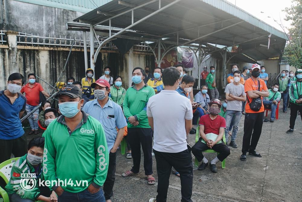 Choáng với cảnh hàng trăm shipper Sài Gòn rồng rắn xếp hàng từ sáng đầu tuần để chờ xét nghiệm, nhân viên y tế phải xuống đường điều phối - Ảnh 15.