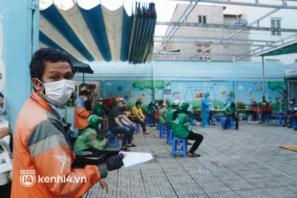 Choáng với cảnh hàng trăm shipper Sài Gòn rồng rắn xếp hàng từ sáng đầu tuần để chờ xét nghiệm, nhân viên y tế phải xuống đường điều phối - Ảnh 10.