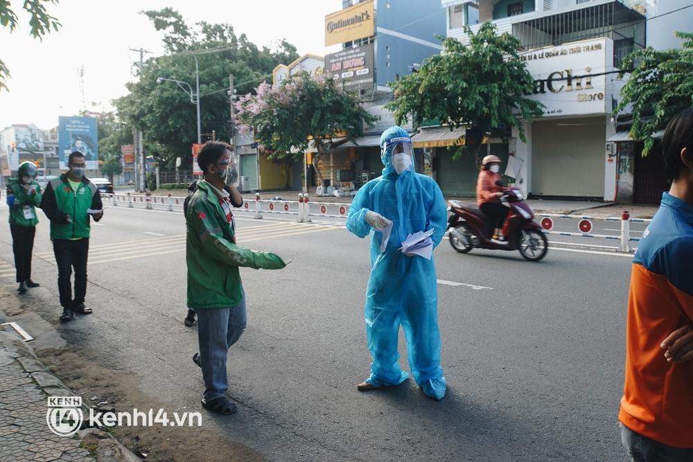 Choáng với cảnh hàng trăm shipper Sài Gòn rồng rắn xếp hàng từ sáng đầu tuần để chờ xét nghiệm, nhân viên y tế phải xuống đường điều phối - Ảnh 14.