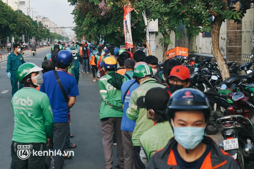 Choáng với cảnh hàng trăm shipper Sài Gòn rồng rắn xếp hàng từ sáng đầu tuần để chờ xét nghiệm, nhân viên y tế phải xuống đường điều phối - Ảnh 16.