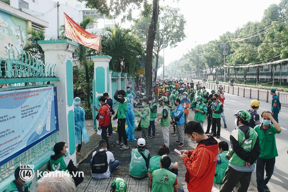 Choáng với cảnh hàng trăm shipper Sài Gòn rồng rắn xếp hàng từ sáng đầu tuần để chờ xét nghiệm, nhân viên y tế phải xuống đường điều phối - Ảnh 7.