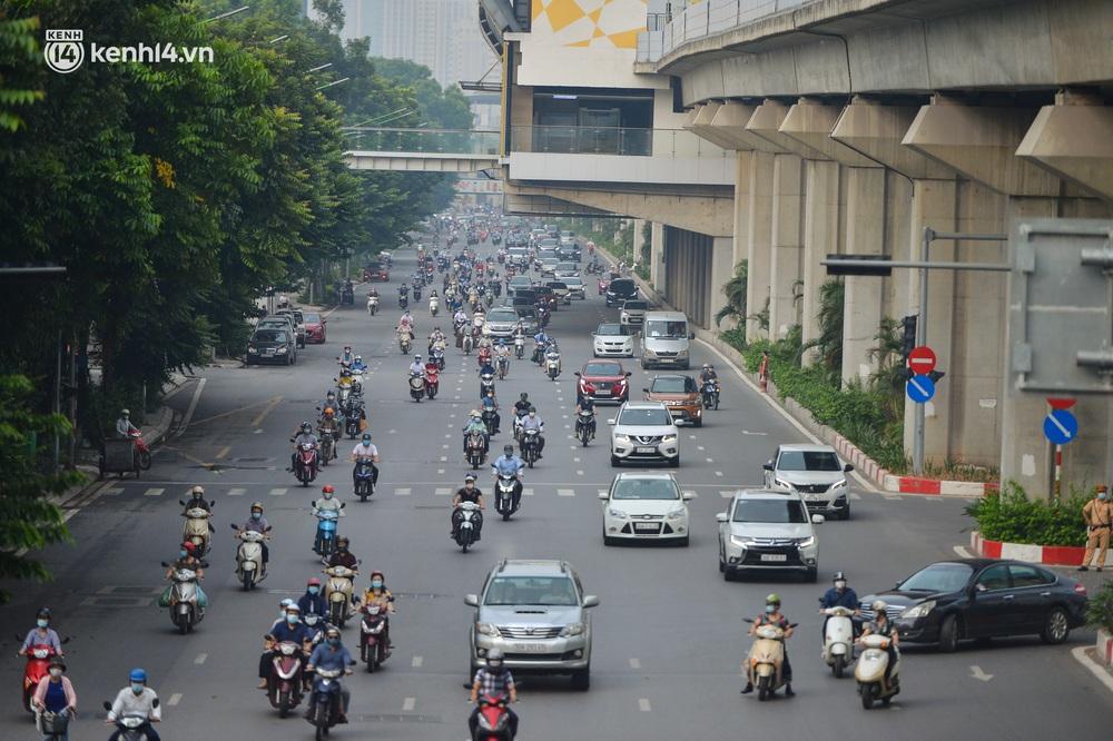 Ảnh: Ô tô xếp hàng nối đuôi nhau, đường phố Hà Nội có nơi ùn tắc trong ngày cuối cùng của đợt giãn cách xã hội thứ 4 - Ảnh 1.