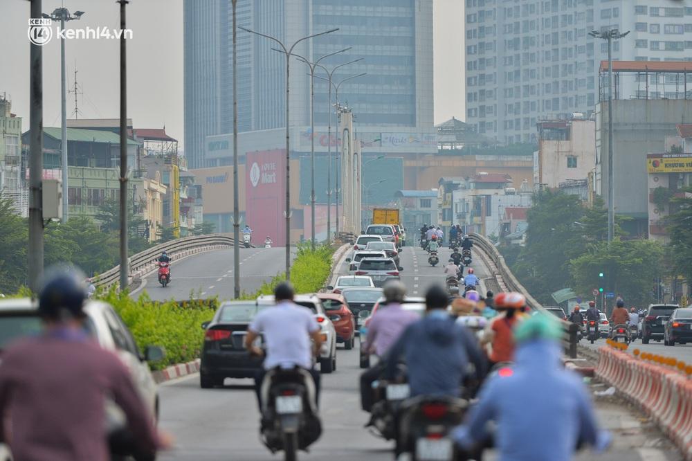Ảnh: Ô tô xếp hàng nối đuôi nhau, đường phố Hà Nội có nơi ùn tắc trong ngày cuối cùng của đợt giãn cách xã hội thứ 4 - Ảnh 2.