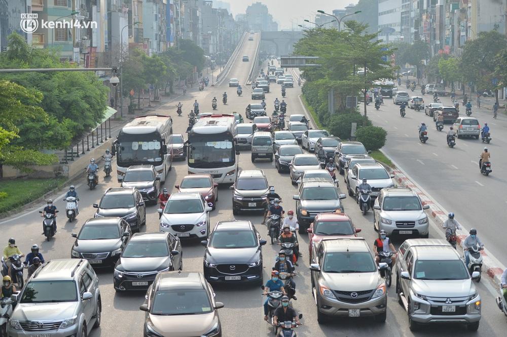 Ảnh: Ô tô xếp hàng nối đuôi nhau, đường phố Hà Nội có nơi ùn tắc trong ngày cuối cùng của đợt giãn cách xã hội thứ 4 - Ảnh 3.
