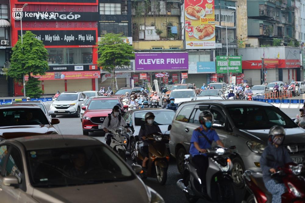 Ảnh: Ô tô xếp hàng nối đuôi nhau, đường phố Hà Nội có nơi ùn tắc trong ngày cuối cùng của đợt giãn cách xã hội thứ 4 - Ảnh 8.