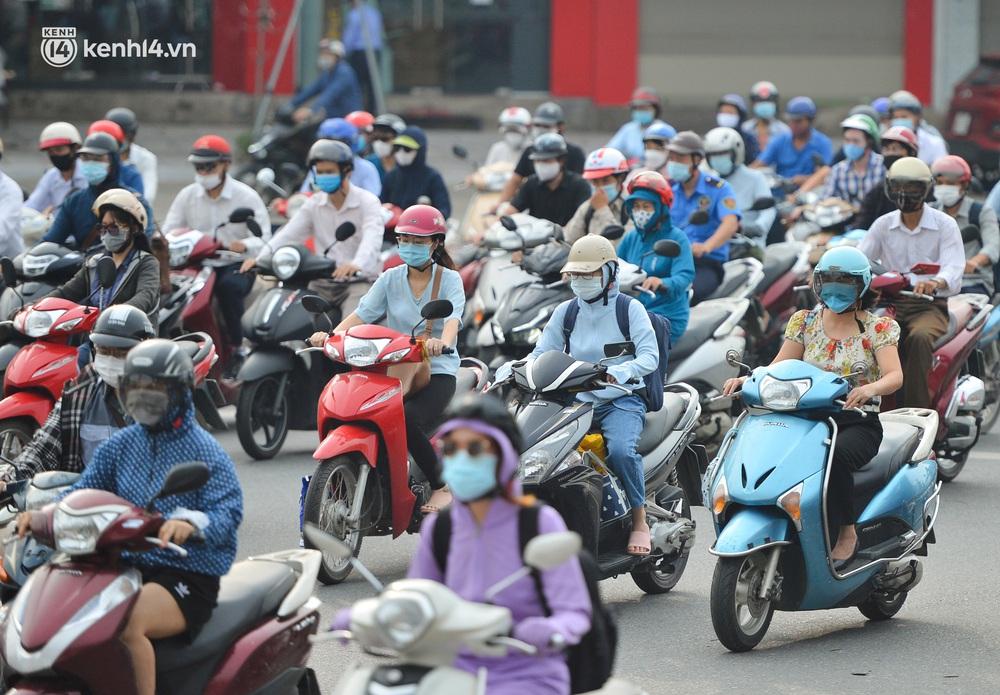 Ảnh: Ô tô xếp hàng nối đuôi nhau, đường phố Hà Nội có nơi ùn tắc trong ngày cuối cùng của đợt giãn cách xã hội thứ 4 - Ảnh 7.