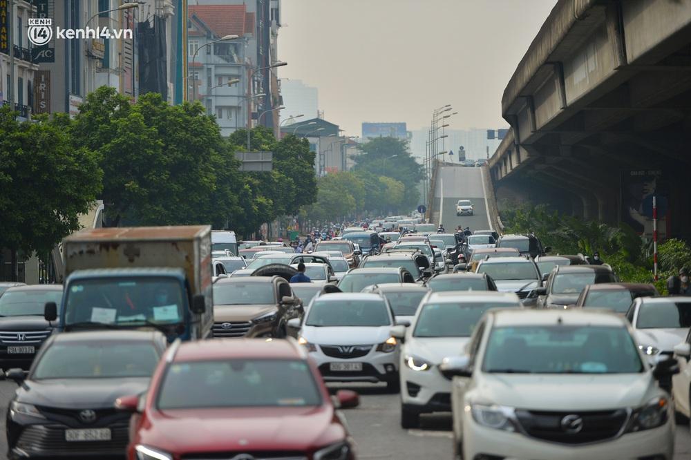 Ảnh: Ô tô xếp hàng nối đuôi nhau, đường phố Hà Nội có nơi ùn tắc trong ngày cuối cùng của đợt giãn cách xã hội thứ 4 - Ảnh 6.