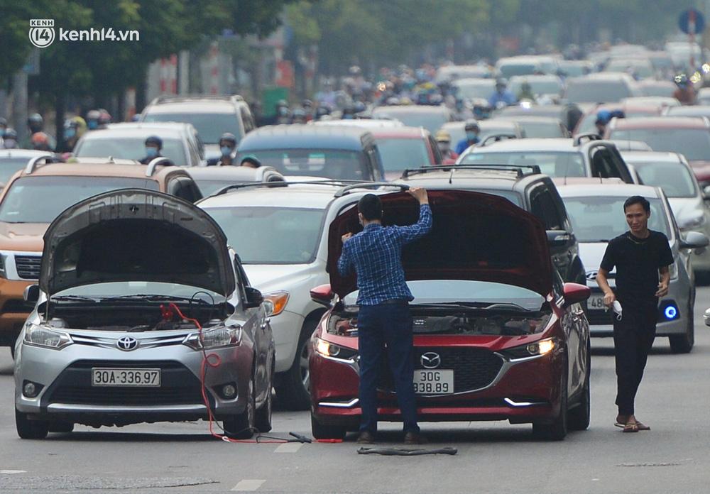 Ảnh: Ô tô xếp hàng nối đuôi nhau, đường phố Hà Nội có nơi ùn tắc trong ngày cuối cùng của đợt giãn cách xã hội thứ 4 - Ảnh 10.