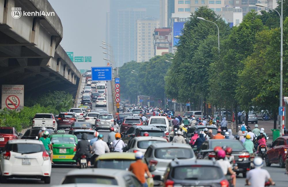 Ảnh: Ô tô xếp hàng nối đuôi nhau, đường phố Hà Nội có nơi ùn tắc trong ngày cuối cùng của đợt giãn cách xã hội thứ 4 - Ảnh 9.