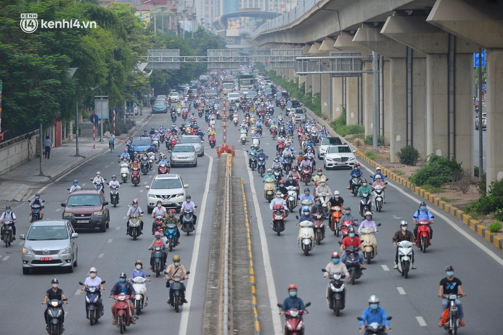 Ảnh: Ô tô xếp hàng nối đuôi nhau, đường phố Hà Nội có nơi ùn tắc trong ngày cuối cùng của đợt giãn cách xã hội thứ 4 - Ảnh 12.