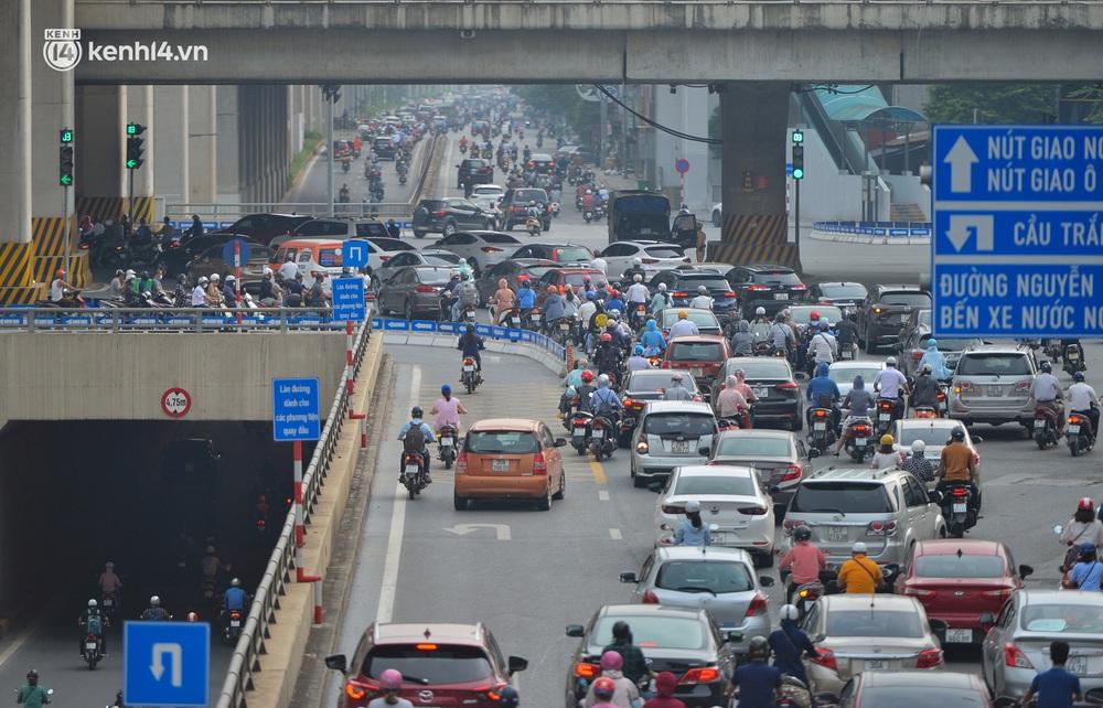 Ảnh: Ô tô xếp hàng nối đuôi nhau, đường phố Hà Nội có nơi ùn tắc trong ngày cuối cùng của đợt giãn cách xã hội thứ 4 - Ảnh 11.