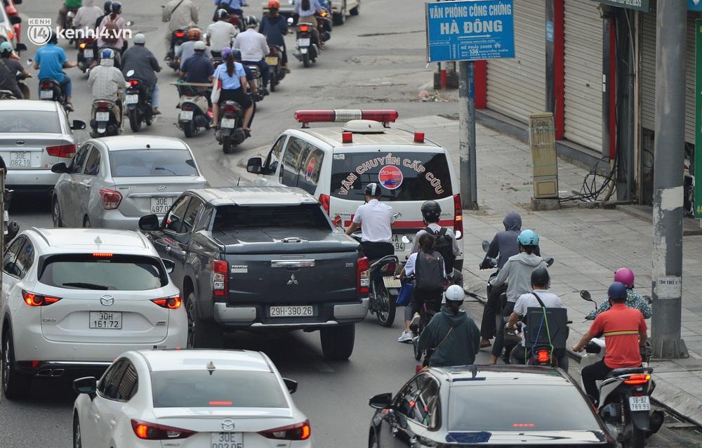 Ảnh: Ô tô xếp hàng nối đuôi nhau, đường phố Hà Nội có nơi ùn tắc trong ngày cuối cùng của đợt giãn cách xã hội thứ 4 - Ảnh 14.