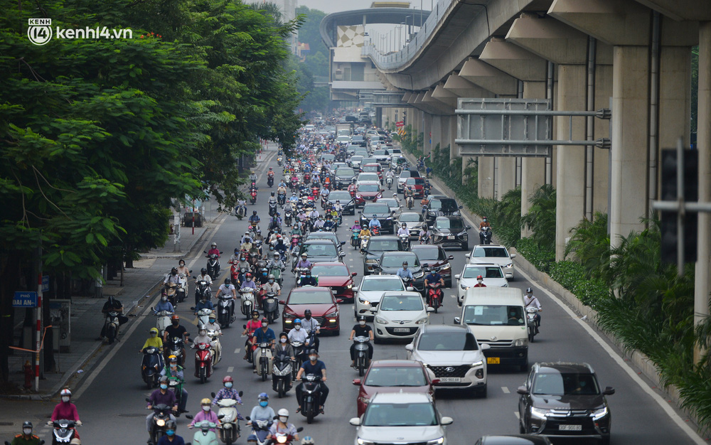 Ảnh: Ô tô xếp hàng nối đuôi nhau, đường phố Hà Nội có nơi ùn tắc trong ngày cuối cùng của đợt giãn cách xã hội thứ 4 - Ảnh 13.