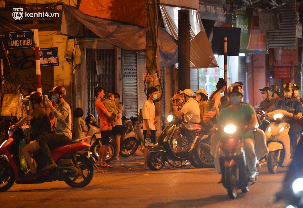 Ảnh: Đêm trước khi chuyển về Chỉ thị 15, người lớn trẻ nhỏ Hà Nội đã đổ lên phố cổ chơi Trung thu sớm - Ảnh 2.
