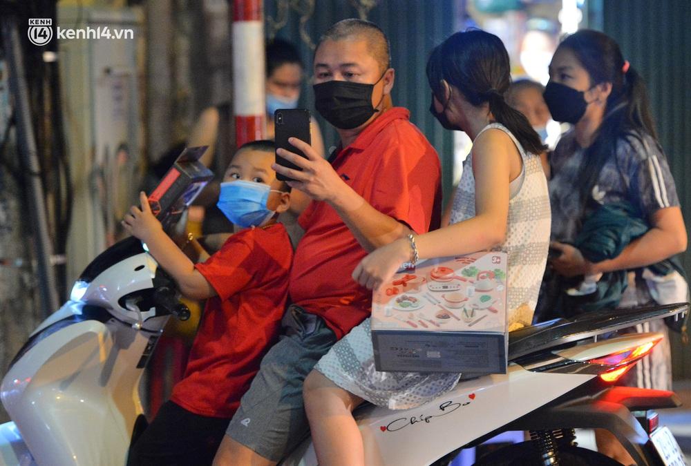 Ảnh: Đêm trước khi chuyển về Chỉ thị 15, người lớn trẻ nhỏ Hà Nội đã đổ lên phố cổ chơi Trung thu sớm - Ảnh 5.