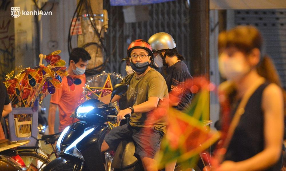 Ảnh: Đêm trước khi chuyển về Chỉ thị 15, người lớn trẻ nhỏ Hà Nội đã đổ lên phố cổ chơi Trung thu sớm - Ảnh 1.