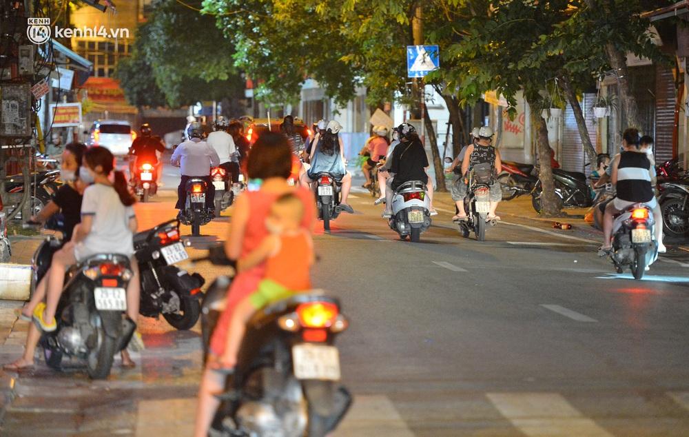 Ảnh: Đêm trước khi chuyển về Chỉ thị 15, người lớn trẻ nhỏ Hà Nội đã đổ lên phố cổ chơi Trung thu sớm - Ảnh 8.