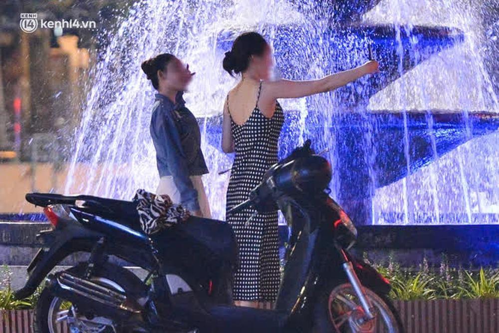 Ảnh: Đêm trước khi chuyển về Chỉ thị 15, người lớn trẻ nhỏ Hà Nội đã đổ lên phố cổ chơi Trung thu sớm - Ảnh 11.