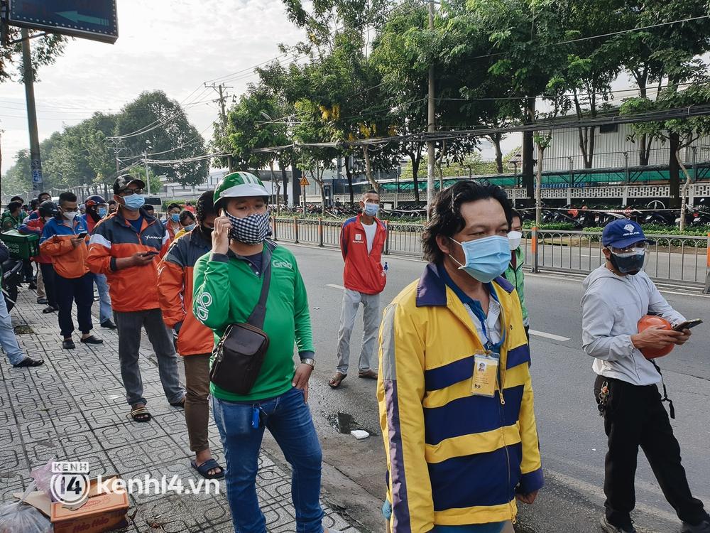 Choáng với cảnh hàng trăm shipper Sài Gòn rồng rắn xếp hàng từ sáng đầu tuần để chờ xét nghiệm, nhân viên y tế phải xuống đường điều phối - Ảnh 9.
