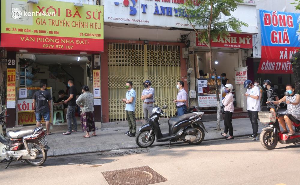 Toàn cảnh Hà Nội trong ngày đầu nới lỏng giãn cách: Đặc sản tắc đường, nhịp sống quay trở lại, người dân ùn ùn ra cửa ngõ rời Thủ đô - Ảnh 5.
