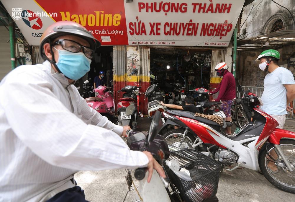 Toàn cảnh Hà Nội trong ngày đầu nới lỏng giãn cách: Đặc sản tắc đường, nhịp sống quay trở lại, người dân ùn ùn ra cửa ngõ rời Thủ đô - Ảnh 18.
