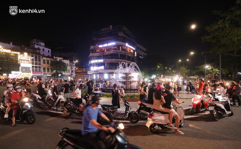 Ảnh: Trẻ nhỏ Hà Nội cùng bố mẹ vượt tắc đường lên phố cổ đón Trung thu đặc biệt - Ảnh 1.