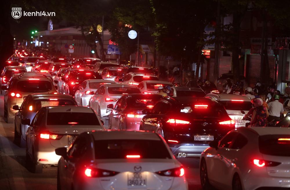 Ảnh: Trẻ nhỏ Hà Nội cùng bố mẹ vượt tắc đường lên phố cổ đón Trung thu đặc biệt - Ảnh 2.