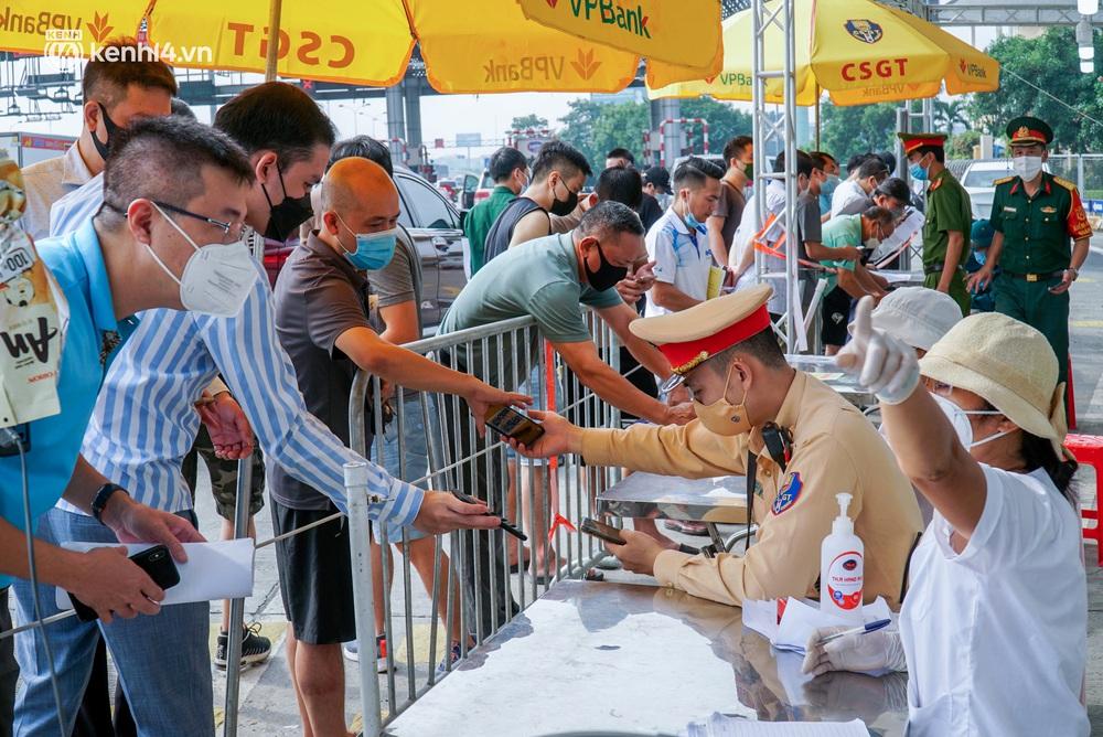 Toàn cảnh Hà Nội trong ngày đầu nới lỏng giãn cách: Đặc sản tắc đường, nhịp sống quay trở lại, người dân ùn ùn ra cửa ngõ rời Thủ đô - Ảnh 24.